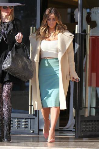 Kim Kardashian trägt Hellbeige Mantel, Weißes Kurzes Oberteil, Mintgrüner Bleistiftrock, Rosa Wildleder Pumps