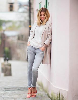 Wie kombinieren: hellbeige Mantel, weißer Pullover mit einem Rundhalsausschnitt, graue Jeans, rote Leder Sandaletten