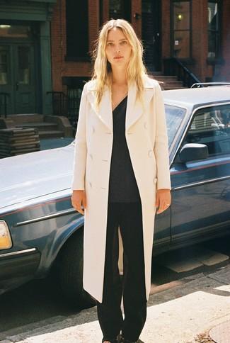 Schwarze Leder Sandaletten kombinieren – 500+ Damen Outfits: Tragen Sie einen hellbeige Mantel und eine schwarze weite Hose, um einen aufregenden Casual-Look zu kreieren. Schwarze Leder Sandaletten sind eine ideale Wahl, um dieses Outfit zu vervollständigen.