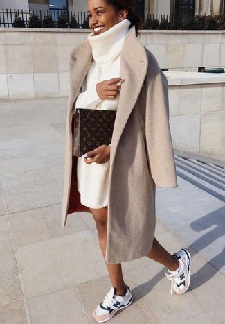 Wie kombinieren: hellbeige Mantel, weißes Strick Sweatkleid, weiße Sportschuhe, dunkelbraune bedruckte Leder Clutch