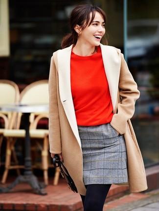 Wie kombinieren: hellbeige Mantel, rotes Sweatshirt, grauer Wollminirock mit Karomuster, schwarze Wollstrumpfhose