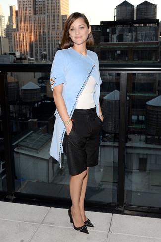 Wie kombinieren: hellblauer Mantel, weißer Kurzarmpullover, schwarze Bermuda-Shorts, schwarze Leder Pumps