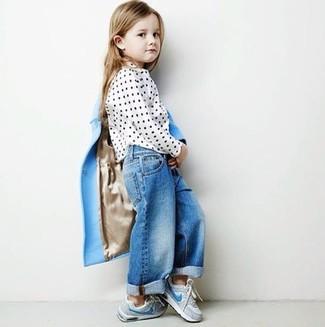 Wie kombinieren: hellblauer Mantel, weiße gepunktete Langarmbluse, blaue Jeans, graue Turnschuhe
