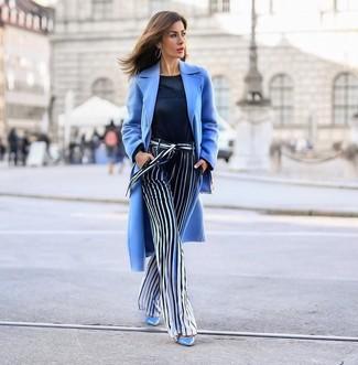 Wie kombinieren: hellblauer Mantel, dunkelblauer Pullover mit einem Rundhalsausschnitt, dunkelblaue und weiße vertikal gestreifte weite Hose, hellblaue Leder Pumps
