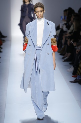 hellblauer Kordmantel, weißer Rollkragenpullover, hellblaue weite Hose aus Kord, hellblaue flache Stiefel mit einer Schnürung aus Leder für Damen