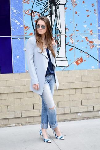 Wie kombinieren: hellblauer Mantel, dunkelblaues Seide Trägershirt, hellblaue Boyfriend Jeans mit Destroyed-Effekten, blaue bedruckte Leder Pumps