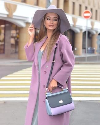 Wie kombinieren: hellvioletter Mantel, graues Etuikleid, hellviolette Leder Umhängetasche, hellvioletter Hut