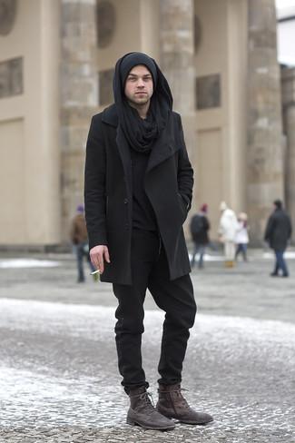 Wie kombinieren: schwarzer Mantel, schwarzer Henley-Pullover, schwarze Chinohose, dunkelbraune Lederfreizeitstiefel