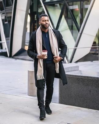 kalt Wetter Outfits Herren 2020: Paaren Sie einen schwarzen Mantel mit schwarzen Jeans, um einen modischen Freizeitlook zu kreieren. Komplettieren Sie Ihr Outfit mit schwarzen Chelsea Boots aus Wildleder, um Ihr Modebewusstsein zu zeigen.