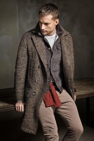 Wie kombinieren: brauner Mantel mit Fischgrätenmuster, dunkelgraue Kordjacke mit einer kentkragen und knöpfen, roter Pullover mit einem Rundhalsausschnitt, graues Langarmshirt