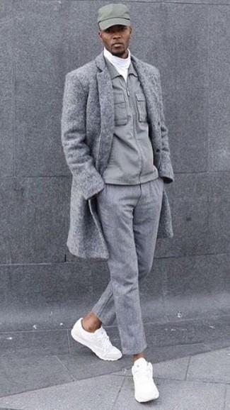 Wie kombinieren: grauer Mantel, graue Jacke mit einer Kentkragen und Knöpfen, weißer Rollkragenpullover, graue Wollanzughose