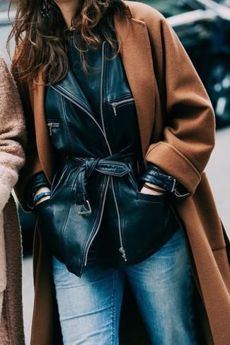 Wie kombinieren: rotbrauner Mantel, schwarze Lederjacke, schwarzes T-Shirt mit einem Rundhalsausschnitt, blaue Jeans