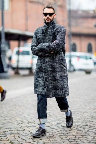 Wie kombinieren: grauer Mantel, dunkelblaue Jeans, schwarze Leder Brogues, schwarze Sonnenbrille