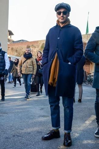 Dunkelgraue Schiebermütze kombinieren: trends 2020: Für ein bequemes Couch-Outfit, paaren Sie einen dunkelblauen Mantel mit einer dunkelgrauen Schiebermütze. Fühlen Sie sich ideenreich? Ergänzen Sie Ihr Outfit mit schwarzen Leder Derby Schuhen.