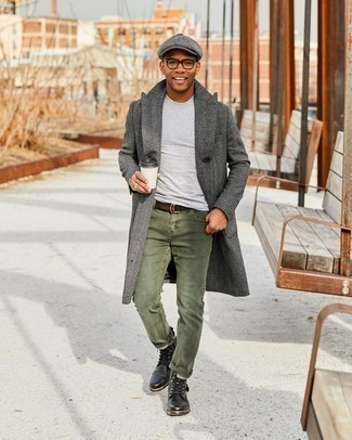 Schiebermütze kombinieren – 489 Herren Outfits: Tragen Sie einen dunkelgrauen Mantel mit Fischgrätenmuster und eine Schiebermütze für einen entspannten Wochenend-Look. Eine schwarze Lederfreizeitstiefel sind eine einfache Möglichkeit, Ihren Look aufzuwerten.