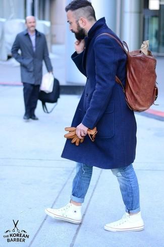 Dunkelroten Leder Rucksack kombinieren – 5 Frühling Herren Outfits: Ein dunkelblauer Mantel und ein dunkelroter Leder Rucksack sind eine ideale Outfit-Formel für Ihre Sammlung. Weiße hohe Sneakers sind eine großartige Wahl, um dieses Outfit zu vervollständigen. Ein insgesamt sehr cooles Frühlings-Outfit.