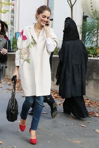 Wie kombinieren: weißer bestickter Mantel, dunkelblaue Jeans, rote Wildleder Pumps, schwarze Shopper Tasche aus Leder