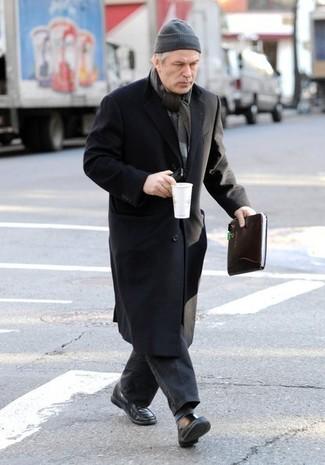 Wie kombinieren: schwarzer Mantel, dunkelgraue Jeans, schwarze Leder Slipper, graue Mütze