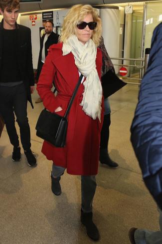 Wie kombinieren: roter Mantel, graue Jeans, schwarze Leder Stiefeletten, schwarze Leder Umhängetasche
