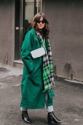 Wie kombinieren: grüner Mantel, hellblaue Jeans, schwarze Leder Stiefeletten, weiße Leder Umhängetasche