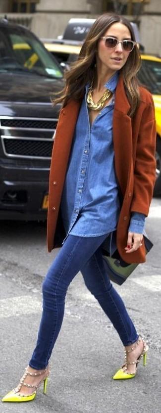 Olivgrüne Satchel-Tasche aus Leder kombinieren: Probieren Sie diese Kombi aus einem rotbraunen Mantel und einer olivgrünen Satchel-Tasche aus Leder, um ein modernes, lockeres Outfit zu kreieren. Gelbe beschlagene Leder Pumps sind eine ideale Wahl, um dieses Outfit zu vervollständigen.