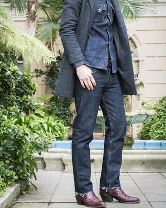 Dunkelblaues Jeanshemd kombinieren: trends 2020: Die Paarung aus einem dunkelblauen Jeanshemd und dunkelblauen Jeans ist eine komfortable Wahl, um Besorgungen in der Stadt zu erledigen. Fühlen Sie sich ideenreich? Wählen Sie dunkelroten Cowboystiefel aus Leder.