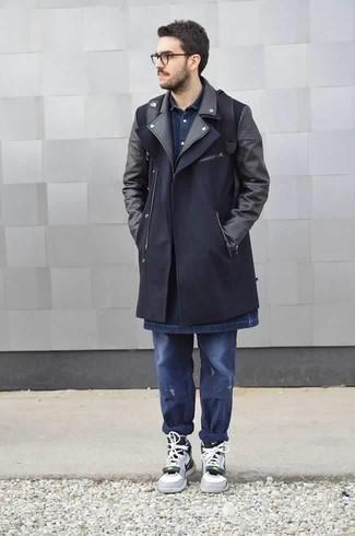 Dunkelblaues Jeanshemd kombinieren für kalt Wetter: trends 2020: Kombinieren Sie ein dunkelblaues Jeanshemd mit dunkelblauen Jeans mit Destroyed-Effekten für einen entspannten Wochenend-Look. Graue hohe Sneakers aus Leder sind eine ideale Wahl, um dieses Outfit zu vervollständigen.