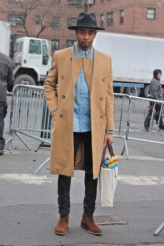 Graue Shopper Tasche aus Segeltuch kombinieren: trends 2020: Halten Sie Ihr Outfit locker mit einem camel Mantel und einer grauen Shopper Tasche aus Segeltuch. Wählen Sie braunen Chelsea-Stiefel aus Wildleder, um Ihr Modebewusstsein zu zeigen.