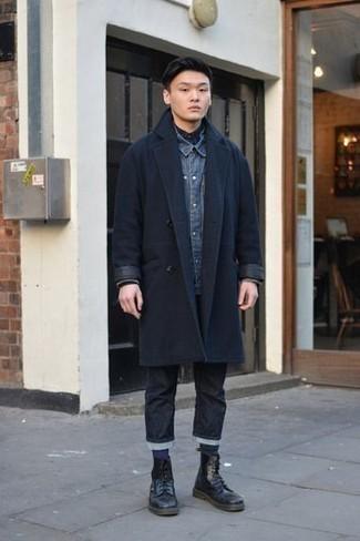 Dunkelblaues Jeanshemd kombinieren für kalt Wetter: trends 2020: Entscheiden Sie sich für ein dunkelblaues Jeanshemd und schwarzen Jeans, um mühelos alles zu meistern, was auch immer der Tag bringen mag. Fühlen Sie sich mutig? Ergänzen Sie Ihr Outfit mit einer schwarzen Lederfreizeitstiefeln.