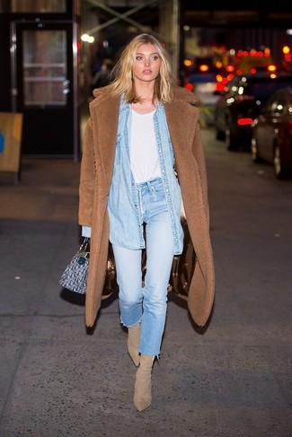 Hellbeige Wildleder Stiefeletten kombinieren – 179 Damen Outfits: Kombinieren Sie einen braunen Fleece-Mantel mit hellblauen Jeans, um einen super entspannten aber stilsicheren Look zu erzielen. Hellbeige Wildleder Stiefeletten sind eine ideale Wahl, um dieses Outfit zu vervollständigen.