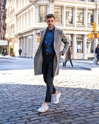 Dunkelblaues Jeanshemd kombinieren für kalt Wetter: trends 2020: Paaren Sie ein dunkelblaues Jeanshemd mit einer dunkelgrauen Anzughose für einen stilvollen, eleganten Look. Fühlen Sie sich ideenreich? Ergänzen Sie Ihr Outfit mit weißen niedrigen Sneakers.