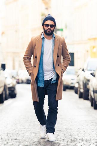 Dunkelblaue Mütze kombinieren: trends 2020: Für ein bequemes Couch-Outfit, kombinieren Sie einen camel Mantel mit einer dunkelblauen Mütze. Weiße niedrige Sneakers fügen sich nahtlos in einer Vielzahl von Outfits ein.