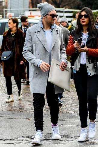 Hellblaues Jeanshemd kombinieren: trends 2020: Ein hellblaues Jeanshemd und eine schwarze Jogginghose sind eine perfekte Outfit-Formel für Ihre Sammlung. Weiße Leder niedrige Sneakers sind eine gute Wahl, um dieses Outfit zu vervollständigen.