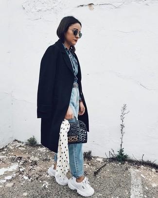 Wie kombinieren: schwarzer Mantel, blaue Jeansjacke, hellblaue Boyfriend Jeans, weiße Sportschuhe