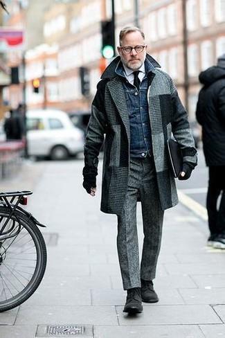 Wie kombinieren: grauer Mantel mit Karomuster, dunkelblaue Jeansjacke, weißes Businesshemd, graue Wollanzughose
