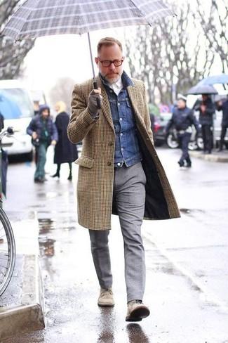 Braunen Mantel mit Vichy-Muster kombinieren: trends 2020: Erwägen Sie das Tragen von einem braunen Mantel mit Vichy-Muster und einer grauen Wollanzughose für einen stilvollen, eleganten Look. Fühlen Sie sich ideenreich? Wählen Sie hellbeige Chukka-Stiefel aus Wildleder.