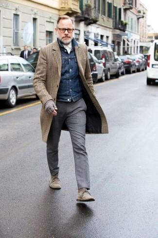 Wie kombinieren: brauner Mantel mit Karomuster, dunkelblaue Jeansjacke, weißes Businesshemd, graue Wollanzughose