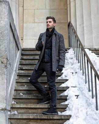 Wie kombinieren: dunkelgrauer Mantel mit Fischgrätenmuster, dunkelblaue Jeansjacke, dunkelgraue Wollchinohose, schwarze Wildlederarbeitsstiefel