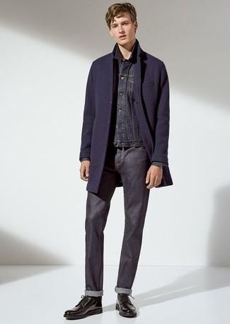 Schwarze Socken kombinieren: trends 2020: Ein dunkelblauer Mantel und schwarze Socken sind eine perfekte Outfit-Formel für Ihre Sammlung. Vervollständigen Sie Ihr Outfit mit schwarzen Leder Derby Schuhen, um Ihr Modebewusstsein zu zeigen.