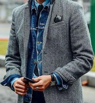 Wie kombinieren: grauer Mantel mit Fischgrätenmuster, blaue Jeansjacke, hellblaues Jeanshemd, schwarze Chinohose