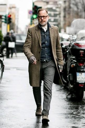 Braunen Mantel mit Vichy-Muster kombinieren: trends 2020: Vereinigen Sie einen braunen Mantel mit Vichy-Muster mit einer grauen Wollanzughose für einen stilvollen, eleganten Look. Suchen Sie nach leichtem Schuhwerk? Vervollständigen Sie Ihr Outfit mit grauen Chukka-Stiefeln aus Wildleder für den Tag.