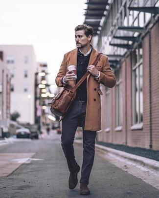 Dunkelgraue Chinohose kombinieren – 500+ Herren Outfits kalt Wetter: Kombinieren Sie einen camel Mantel mit einer dunkelgrauen Chinohose für Drinks nach der Arbeit. Fühlen Sie sich ideenreich? Entscheiden Sie sich für dunkelbraunen Chelsea Boots aus Wildleder.