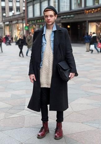 Wie kombinieren: schwarzer Mantel, hellblaue Jeansjacke, hellbeige Strick Pullover mit einem Rundhalsausschnitt, schwarze enge Jeans