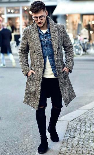 Wie kombinieren: grauer Mantel mit Fischgrätenmuster, blaue Jeansjacke, hellbeige Pullover mit einem Rundhalsausschnitt, schwarze enge Jeans mit Destroyed-Effekten