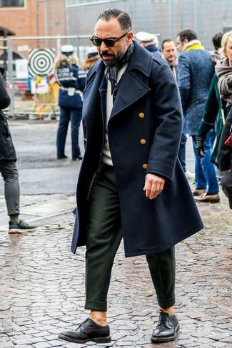 Wie kombinieren: schwarzer Mantel, dunkelblaue Jeansjacke, hellbeige Pullover mit einem Rundhalsausschnitt, olivgrüne Anzughose