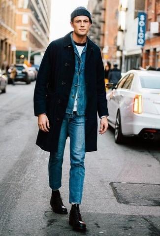 Schwarze Lederfreizeitstiefel kombinieren: trends 2020: Kombinieren Sie einen schwarzen Mantel mit blauen Jeans, um einen modischen Freizeitlook zu kreieren. Eine schwarze Lederfreizeitstiefel sind eine perfekte Wahl, um dieses Outfit zu vervollständigen.