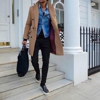 Wie kombinieren: camel Mantel, blaue Jeansjacke, schwarzer Pullover mit einem V-Ausschnitt, schwarze enge Jeans