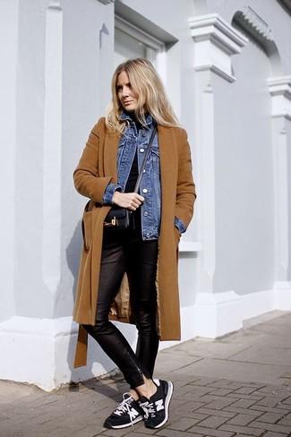 Wie kombinieren: rotbrauner Mantel, blaue Jeansjacke, schwarzer Rollkragenpullover, schwarze enge Hose aus Leder
