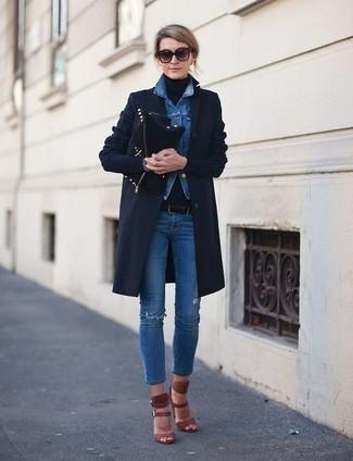 Wie kombinieren: dunkelblauer Mantel, blaue Jeansjacke, schwarzer Rollkragenpullover, blaue enge Jeans mit Destroyed-Effekten
