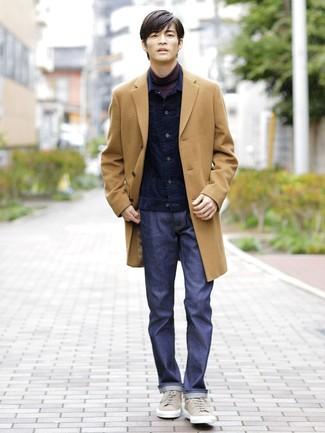 Wie kombinieren: camel Mantel, dunkelblaue Kord Jeansjacke, dunkellila Rollkragenpullover, dunkelblaue Jeans